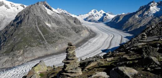 Den Grossen Aletschgletscher, den längsten Gletscher der Alpen, kann man auf dieser Wanderung in seiner ganzen Pracht bestaunen. Im Hintergrund die Berge Jungfrau, Mönch und Eiger. (Bild: Swiss-Image)