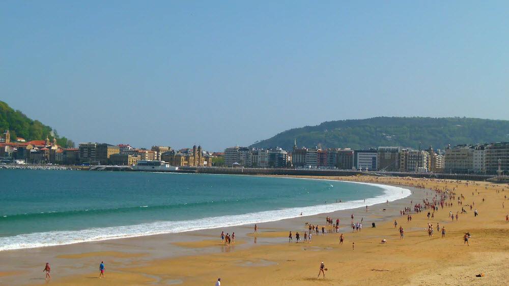 Dort sollten Touristen zwischen Juni und September hinreisen, um traumhaftes Badewetter zu haben.