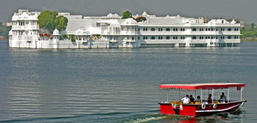 Platz vier: Taj Lake Palace, Udaipur, Indien. Preis: ab 350 Franken pro Nacht. Im Jahr 1743 unter der Aufsicht von Maharana Jagat Singh II. gebaut, ist das Marmorgebäude heute eine der schönsten Luxusherbergen Indiens