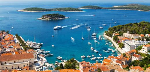 Die kroatische Insel Hvar ist perfekt für Alleinreisende, weil sie ein grosses Freizeitangebot hat.