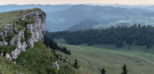 Der Chasseral ist die höchste Erhebung im Berner Jura, im Nordwesten des Kantons Bern. Nachdem der Berg bezwungen ist, kann man im Tal auf einem Bauernhof oder in einer Ferienpension übernachten.