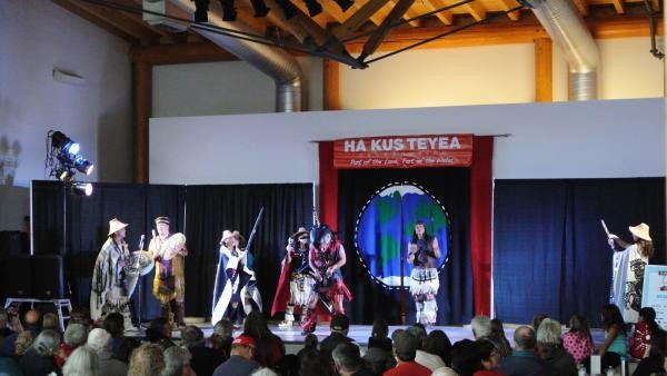 «Die Dakhká Khwáan Dancers während dem First Nations Festival in Teslin.»