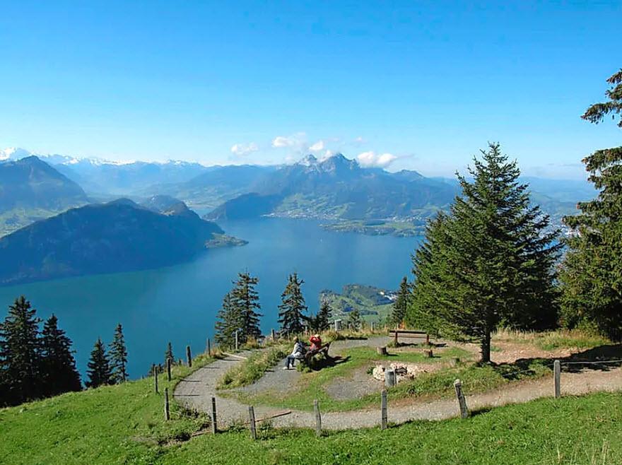 Zum Grillieren und Aussicht geniessen: Auf der Rigi, direkt am Gratweg zwischen dem Aussichtspunkt Känzeli und der Station Staffelhöhe.