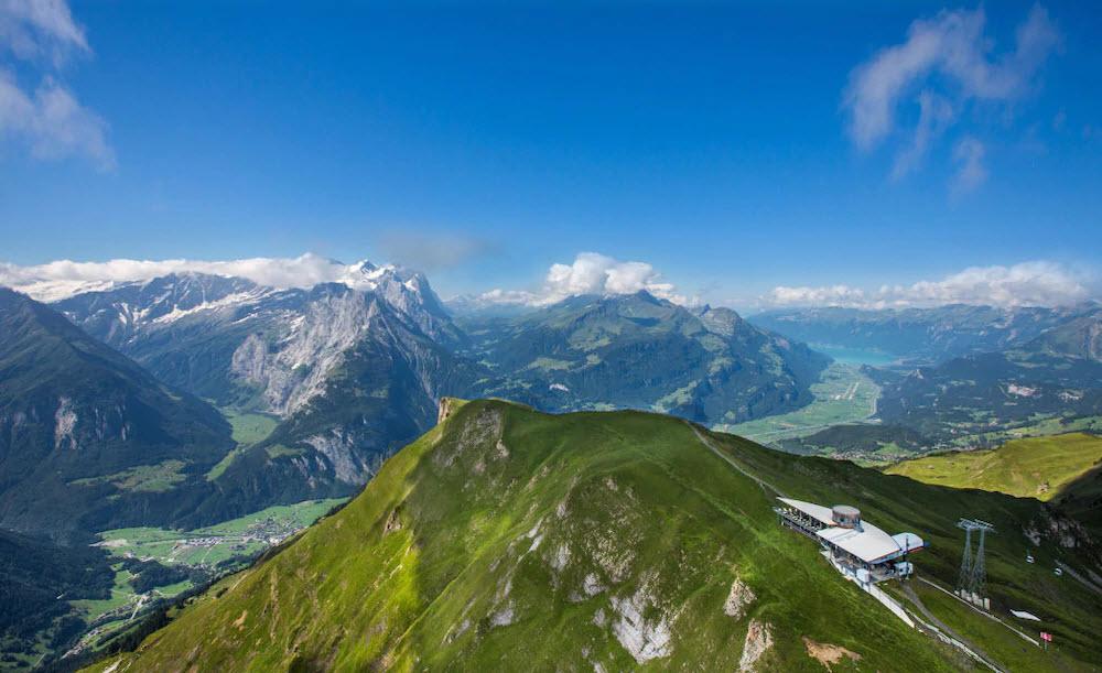 Vom Panoramarestaurant Alpentower hoch über dem Haslital BE geniesst man eine 360-Grad-Aussicht auf die Alpen.