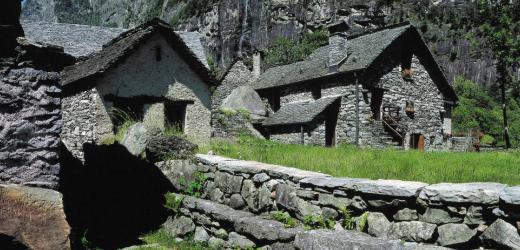 Am zweiten Tag der Wanderung zur Cristallinahütte kommt man in das idyllische Val Bavona im Maggiatal mit den typischen Steinhäusern. (Bild: Swiss-Image)