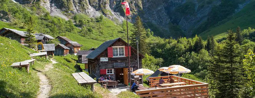 Auf der Tschinglen-Alp, oberhalb von Elm GL liegt die Tschinglen-Wirtschaft. Wer will, kann hochwandern. Wers gemütlich mag, nimmt die Gondelbahn.