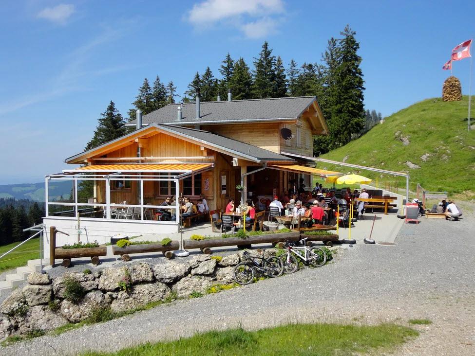Klein, aber fein ist das Motto der Alpwirtschaft Halsegg. Sie liegt auf 1340 M.ü.M. am Ende vom Rossberg im Kanton Schwyz.