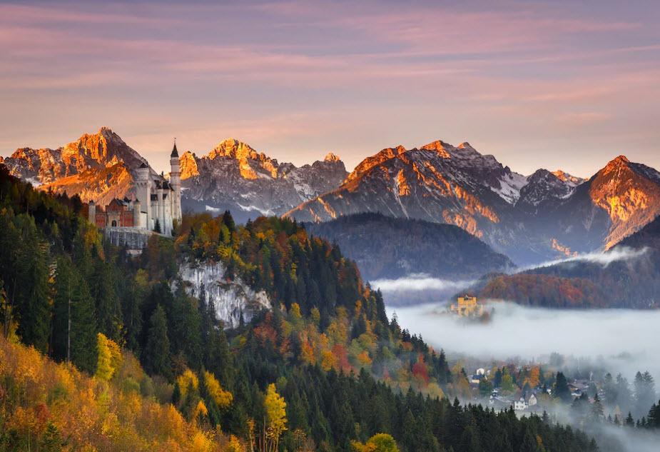 Vor imposanter Bergkulisse thront das Schloss Neuschwanstein und versetzt Besucher zurück in die märchenhafte Vergangenheit.