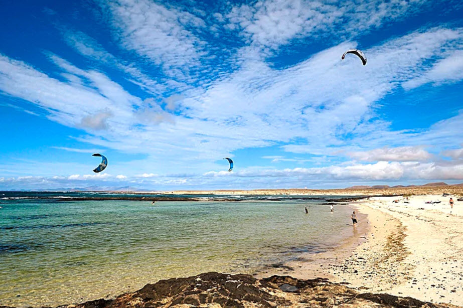 Schweizer verreisen immer häufiger in den Herbstferien. Platz zehn unter den Trenddestinationen nimmt die Kanareninsel Fuerteventura (Spanien) ein.