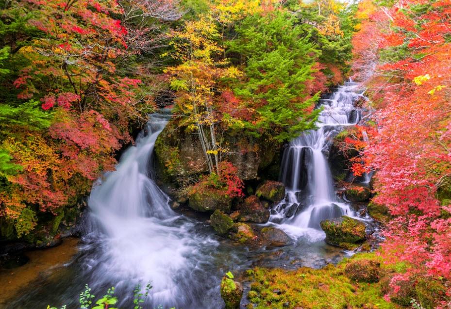 Die Ryuzu-Fälle in Japan sind bekannt für ihre schönen Farben im Herbst.