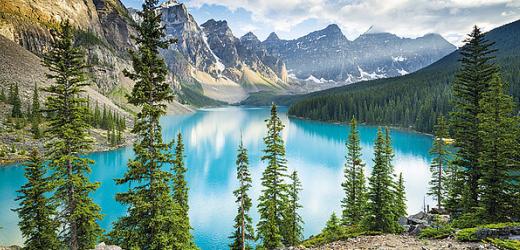 Der türkisfarbene Lake Moraine im Banff-Nationalpark wird von Gletschern gespeist. In der Region kann man toll wandern und skifahren.