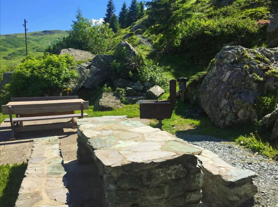 Im Klettergarten in Bivio GR kann man sich zuerst sportlich betätigen und dann gemütlich grillieren.