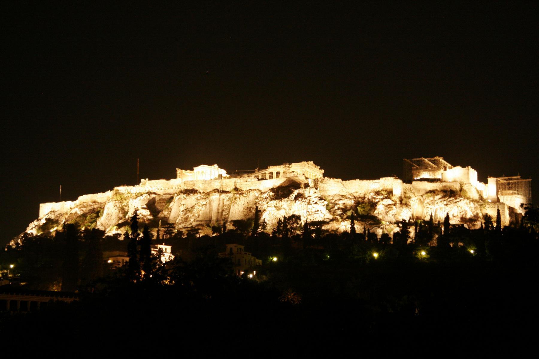 Der Akropolishügel am Abend