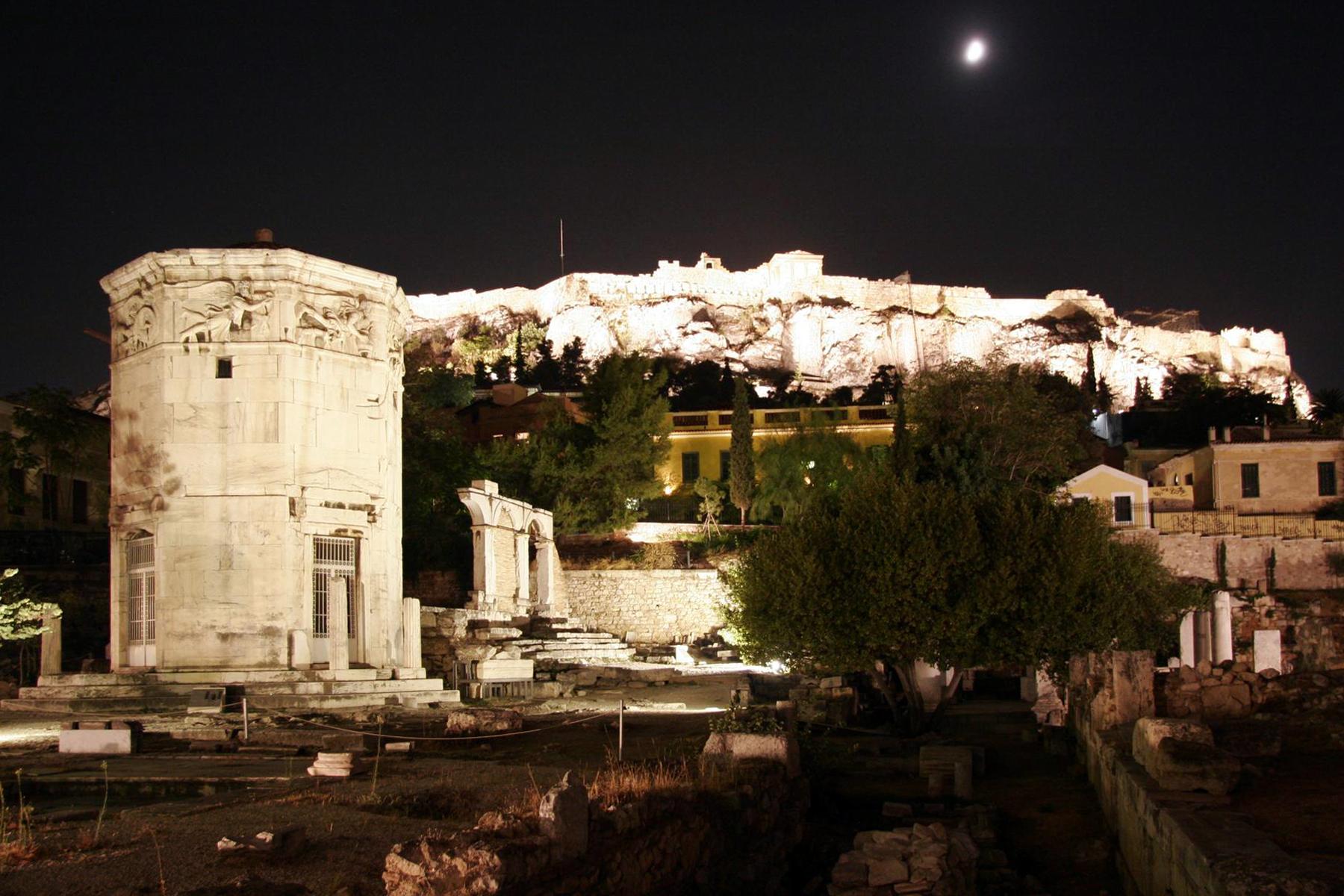 beleuchtete Akropolis, links der Turm der Winde