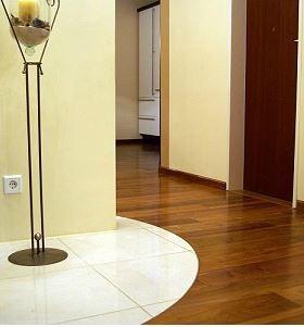 Kreisförmige Gestaltung von Parkett und Marmor