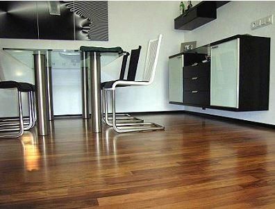 moderne Möbel auf edlem Parkett