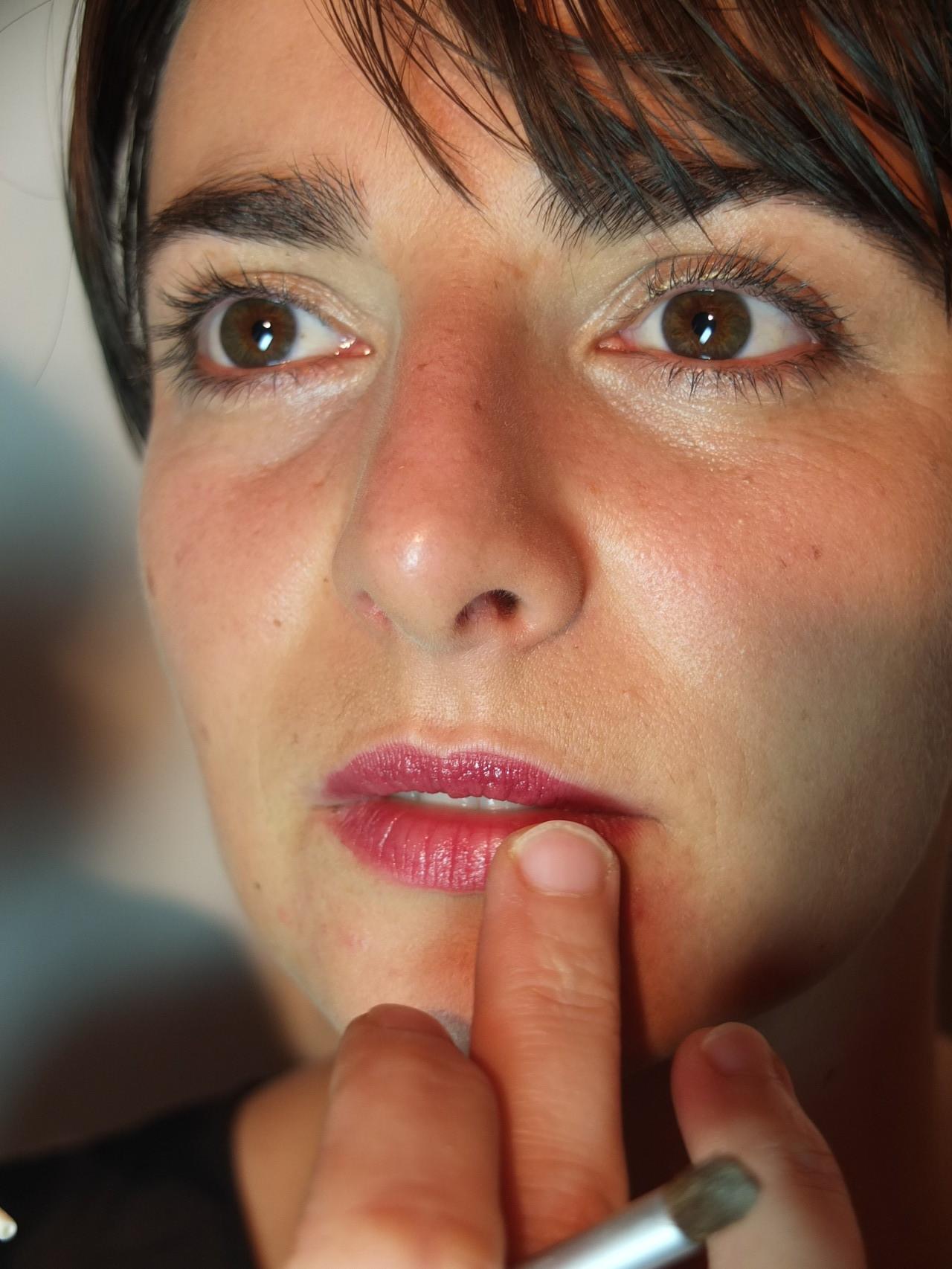 appliquer un brillant sur les lèvres