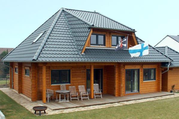 Holzhaus in Blockbauweise  - Maßgeschneidertes Wohnblockhaus mit Walmdach - Blockhausbau - © Blockhaus Profi