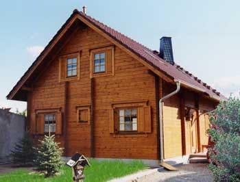 Holzhaus in Blockbauweise mit Balkon und Terrasse im Land Brandenburg  - © Blockhaus-Profi
