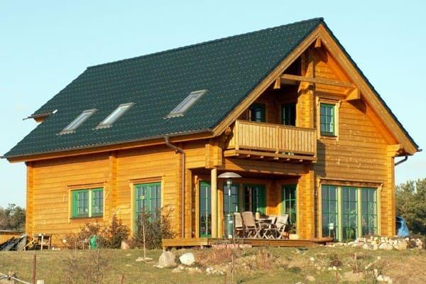 Geräumiges Blockhaus mit zwei Balkonen und zwei Terrassen - Ein individuelles, großzügiges Architektenhaus in ökologischer Blockbauweise - Individuelles Einfamilienhaus.