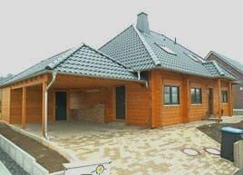 Wohnblockhaus mit Walmdach und Carport bei Hannover, Niedersachsen  -  © Blockhaus-Profi