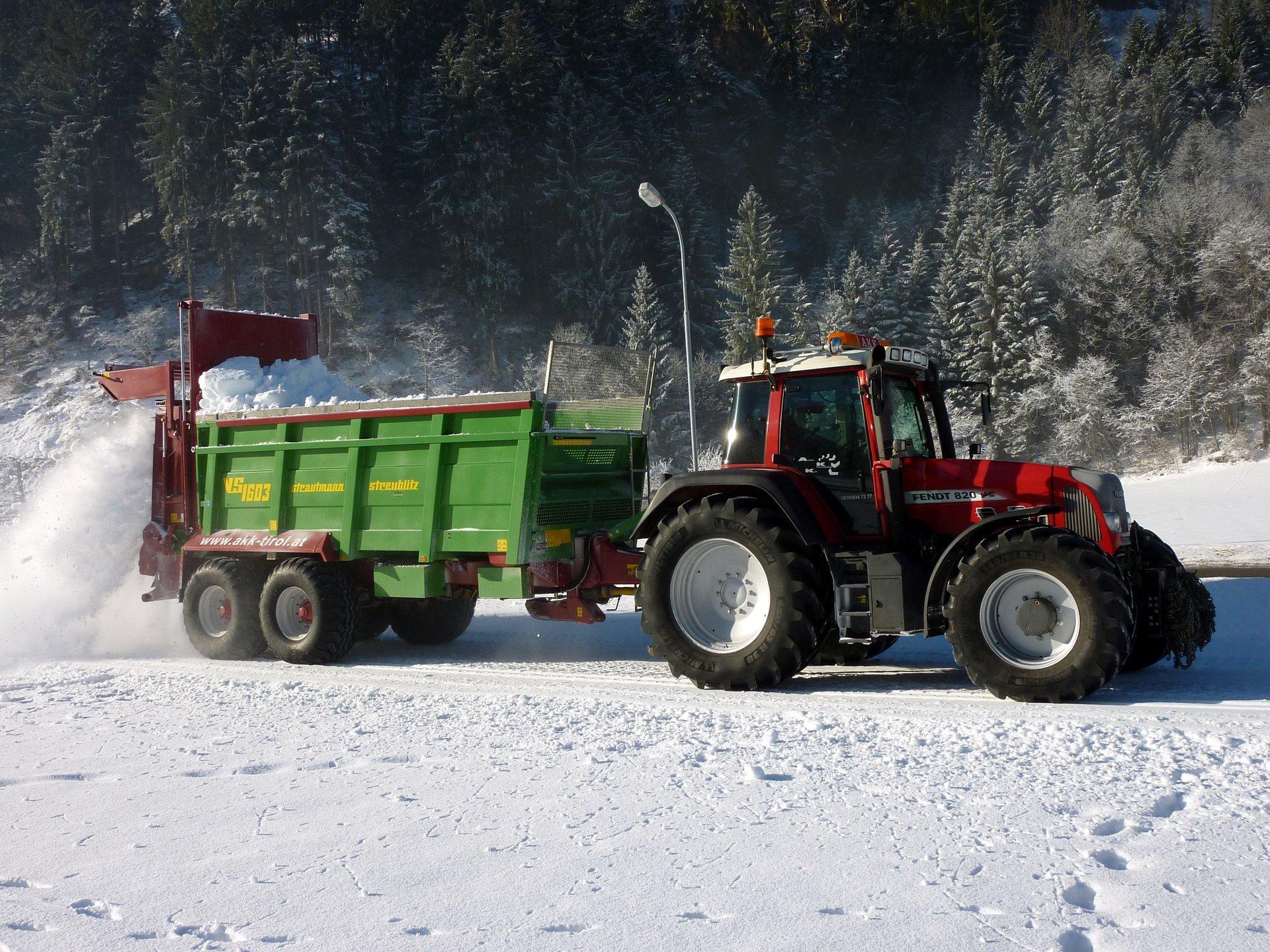 Fendt 820 mit Strautmann Streublitz bei der Loipenbeschneiung.