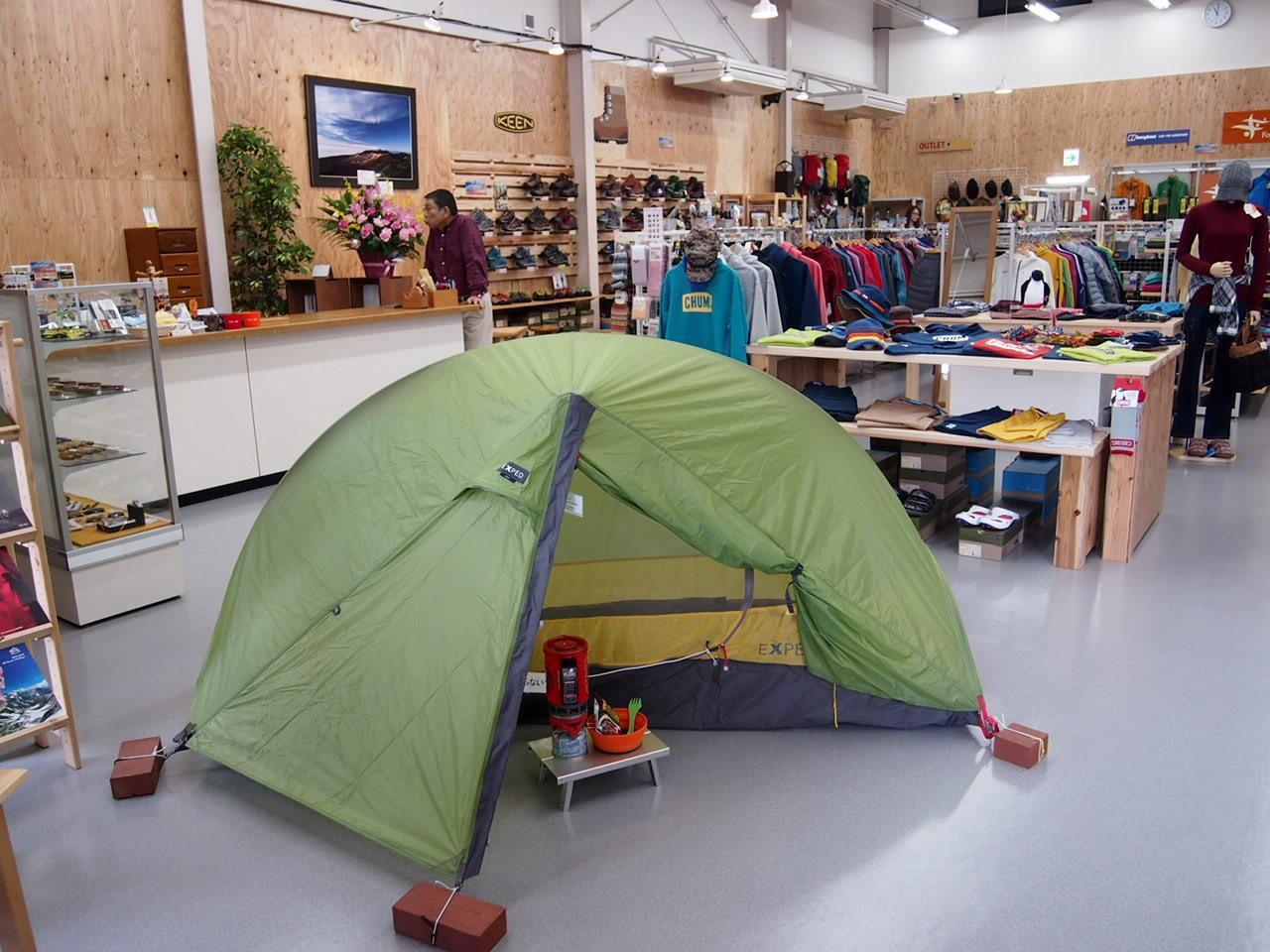 入口付近は定期的にディスプレイが変わります。まずはテント。