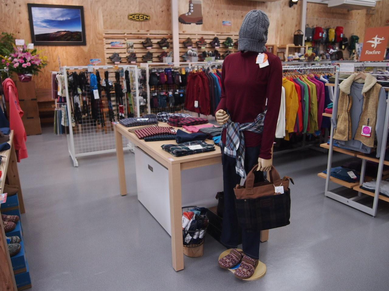 レディースウェアは、店内中央です。