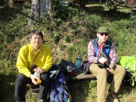 山頂でお昼休憩。最後尾担当の2人をパシャリ!