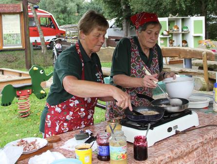 Doris und Irmtraut backen Buchweizenpfannkuchen