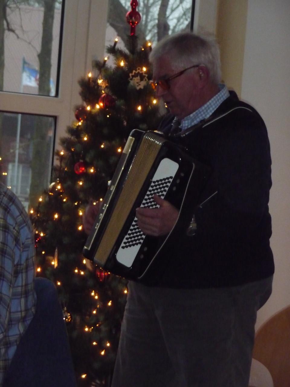 Hans spielt zu den Weihnachtsliedern