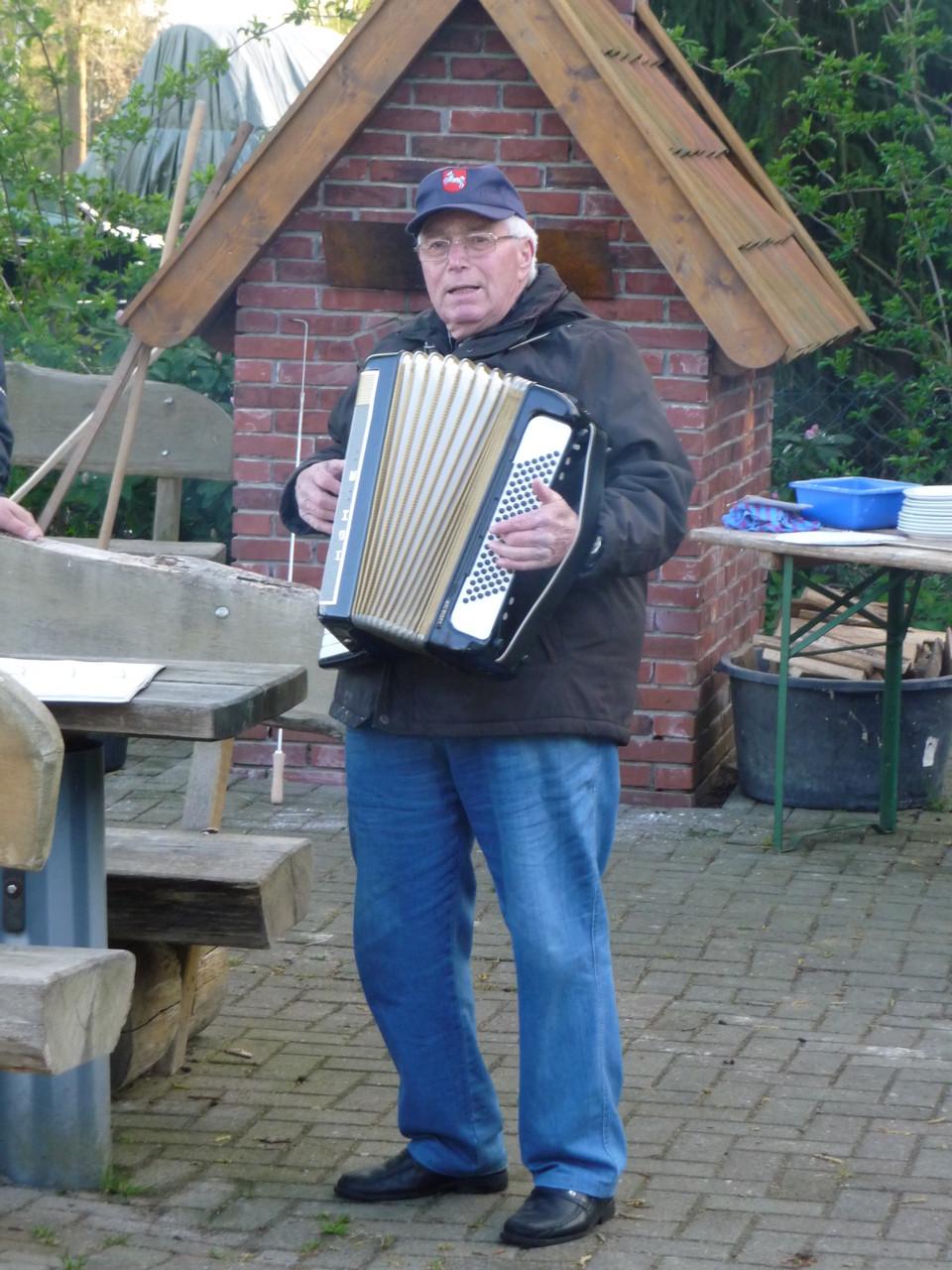 Hans spielt mit dem Akkordeon auf