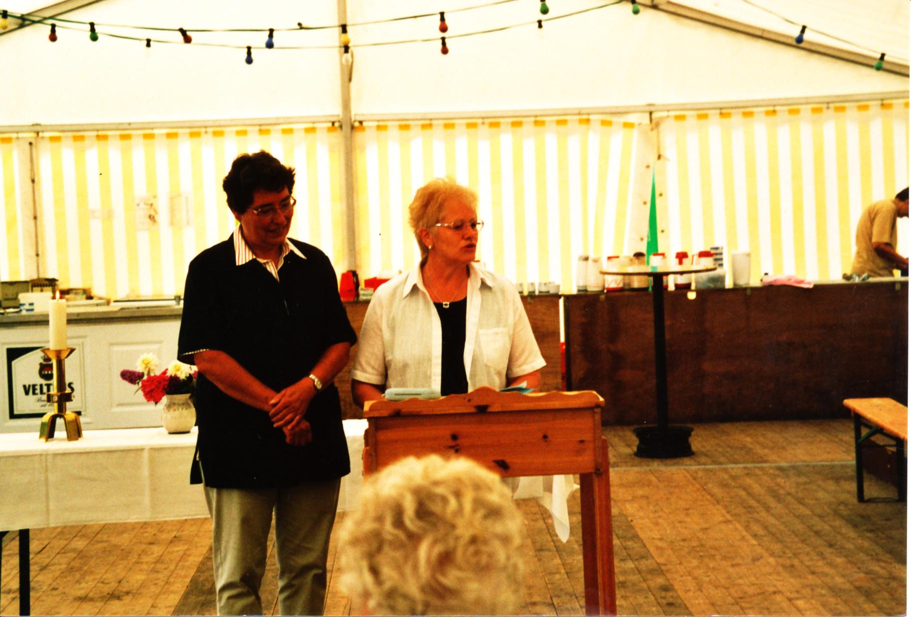 Renate und Ulla gestalten den Gottesdienst ...