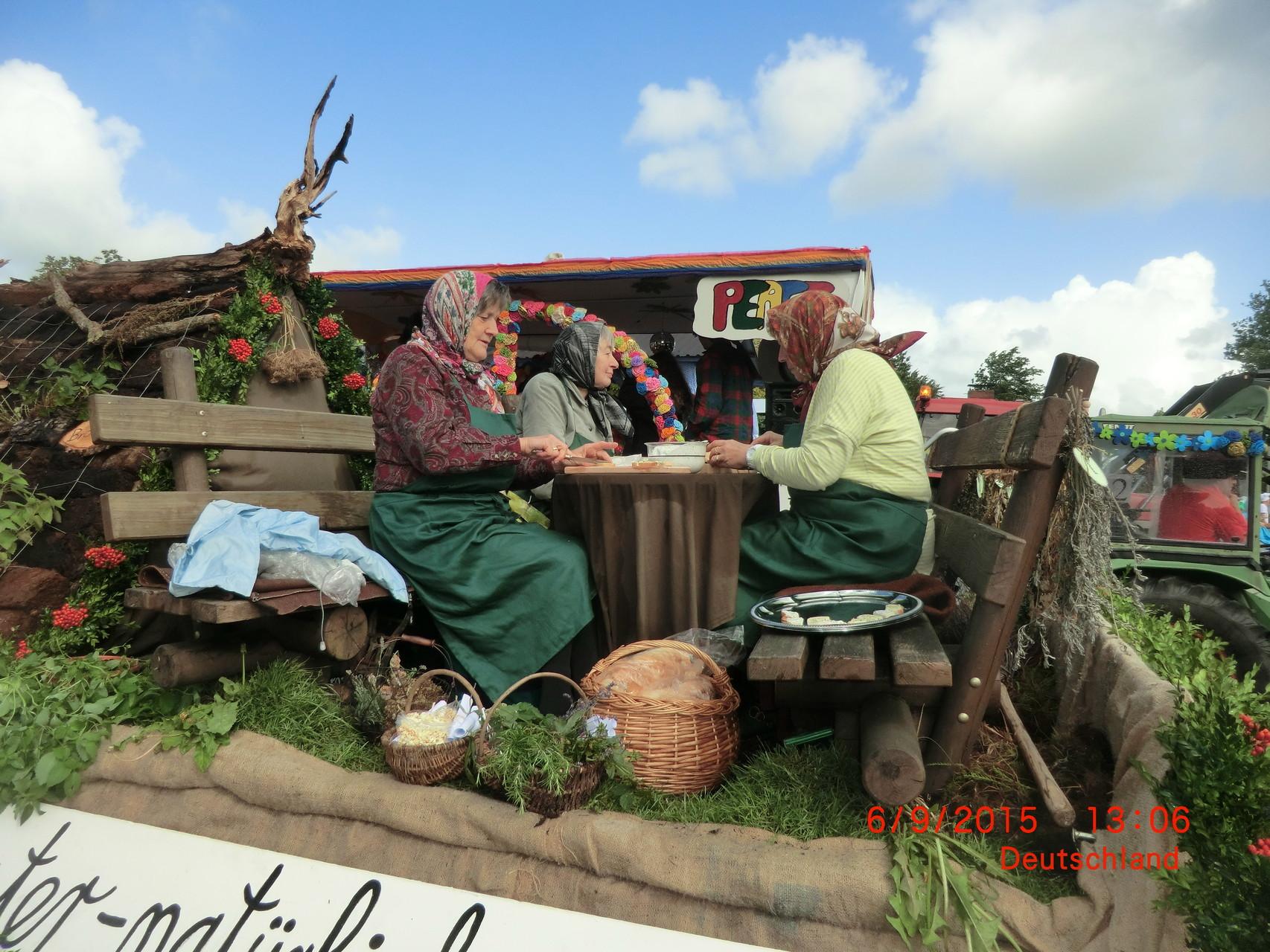 Frauen schmieren Häppchen mit Kräuterköstlichkeiten