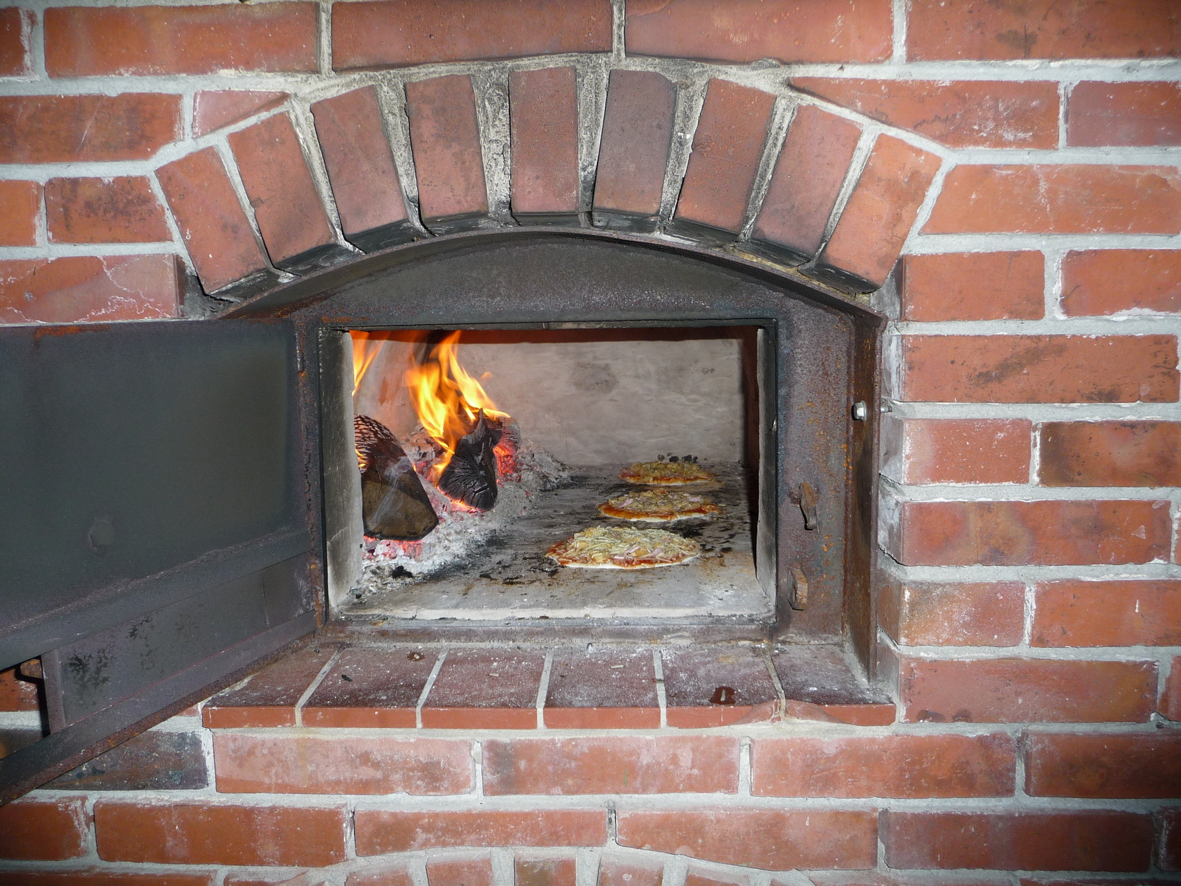 Die ersten Pizzas backen bereits im Steinofen