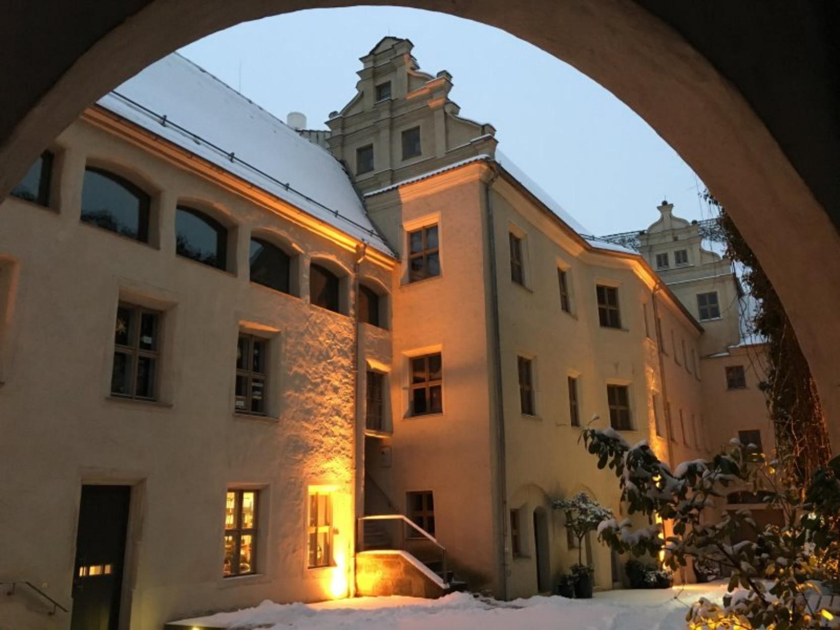 Geschäftsstelle des CAMPUS WITTENBERG im Cranach-Hof, Markt 4, Wittenberg (mittlere Treppe ins 1. OG rechts - 5 Fenster)