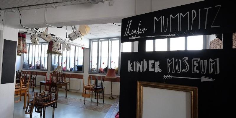 Das Foyer bietet viel Platz und ein Cafè