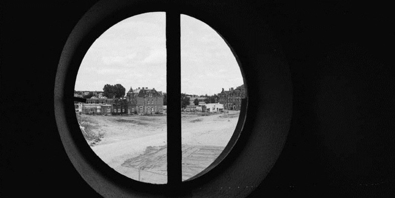 2000: Ein fast leeres Gelände, im Hintergrund die Villa Leon