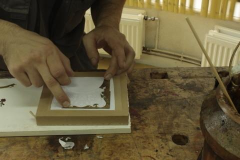 Placement sur le décor des parties de décor en laiton