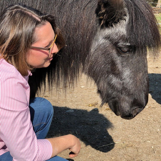Tierärztin Dr. Sabine Frenzl mit Pony