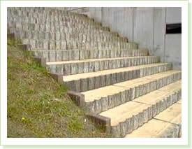 側面と段板は擬木木目仕上げ。その他は擬木樹皮(ナラ)仕上