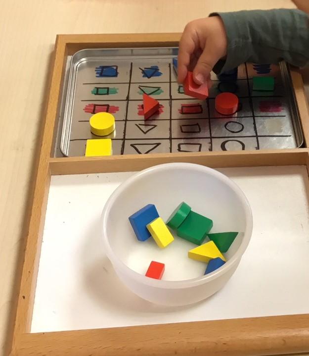 Aktionstabletts - Farben und Formen sortieren