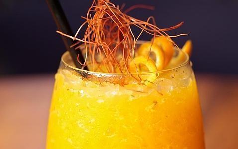 Mezcal Chamuco, con mango y fruta de la pasión