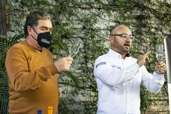 Fernando Martinez y Gerson Alcantar catando mezcales para la secretaria de turismo