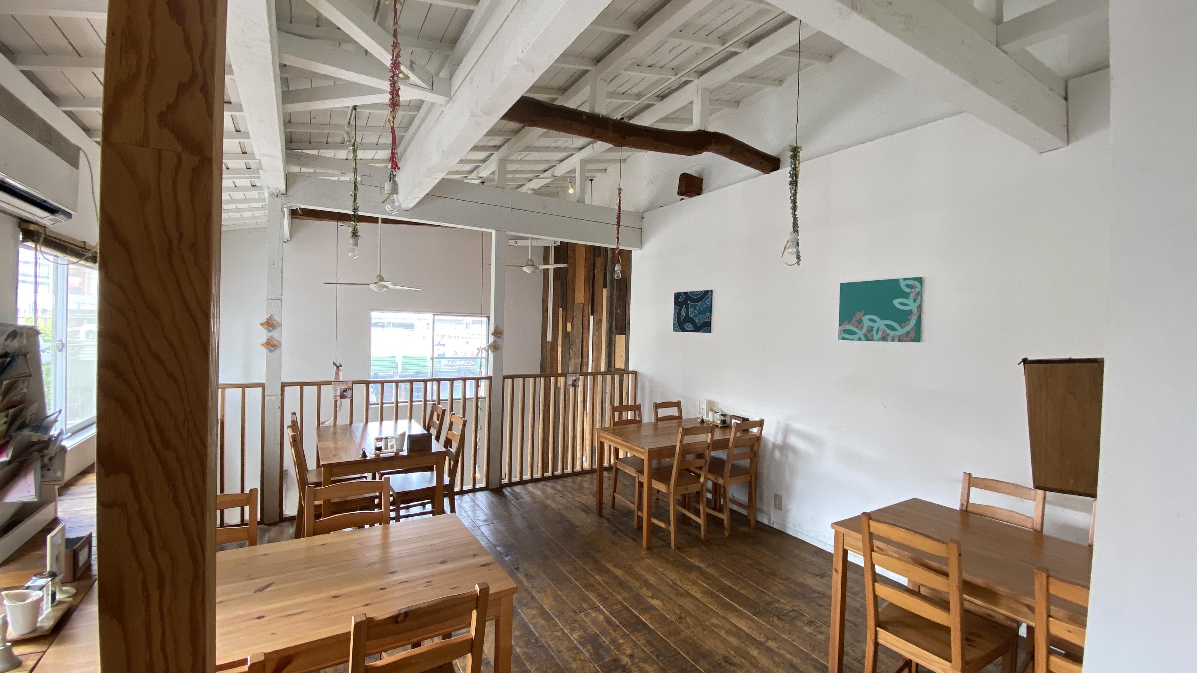 本厚木のカフェ オカユスタンドの《2階フロアー貸切り》できます。飲み会に好評※24名様まで