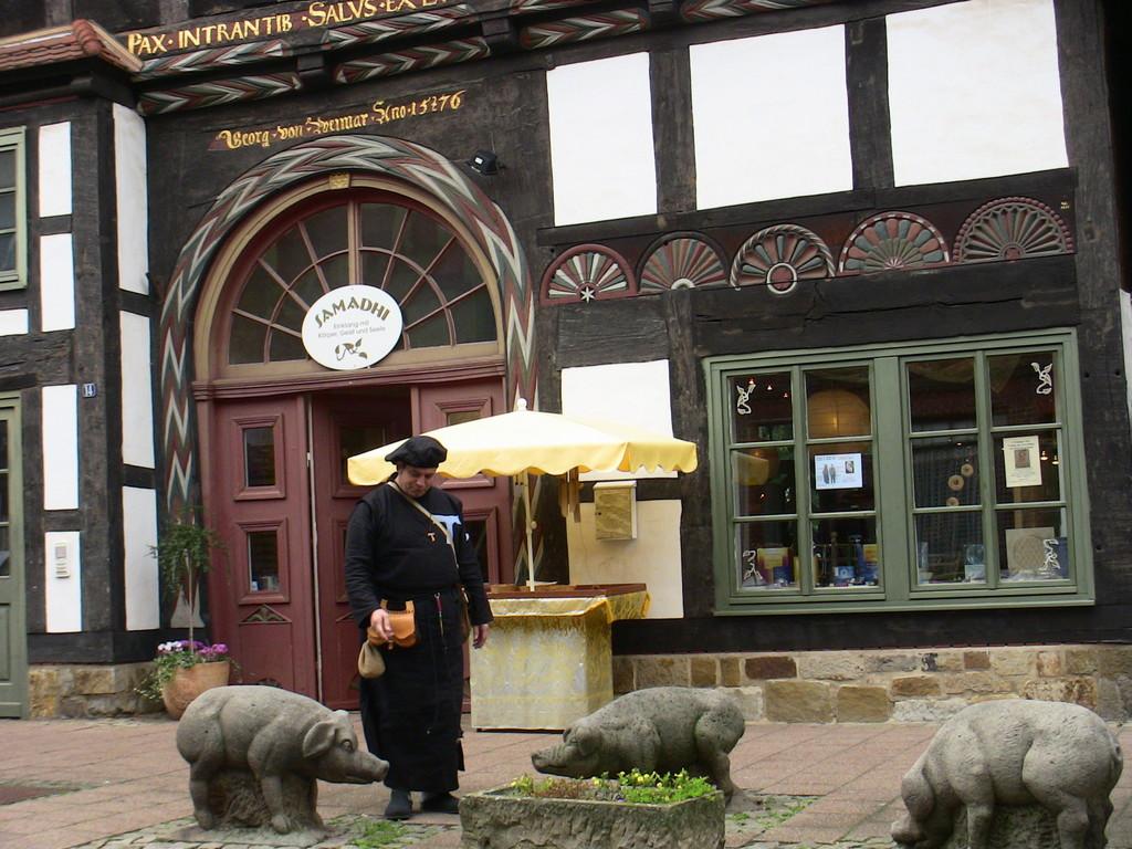 Antoniter im Schweine-Denkmal von Rinteln / an der Weser