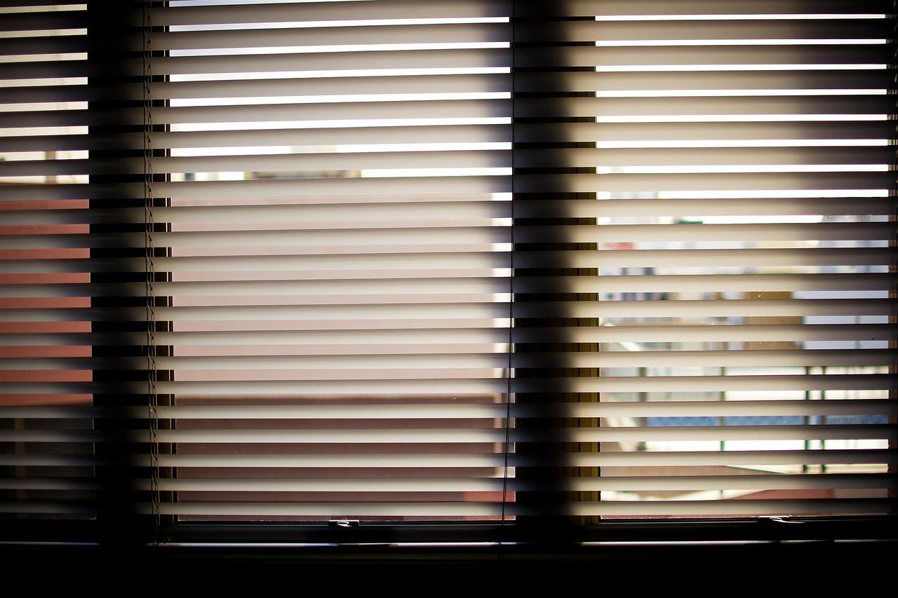 insekten sonnenschutz der passende schutz gegen insekten und hitze schuster handel. Black Bedroom Furniture Sets. Home Design Ideas
