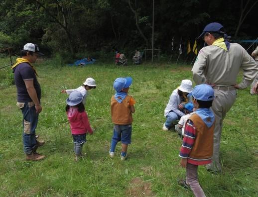 鎌倉2団の野営場で遊ぶビーバースカウトたち