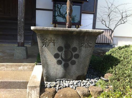 千葉氏の変わり家紋が天水よけに使われています。