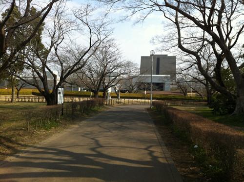 本丸側(椎木門の内)から歴博の建物を撮影